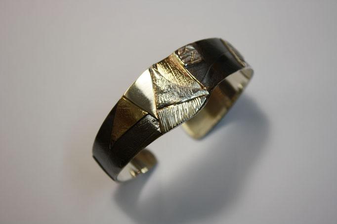 Armreif aus Silber und Gold, teilweise matt und geschwärzt mit eingewalzten Blätterstrukturen