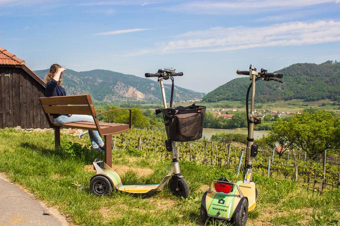 Schöne Aussichten auf die Donau den Wein und Rieden in der Wachau erleben mit Roller Scooter