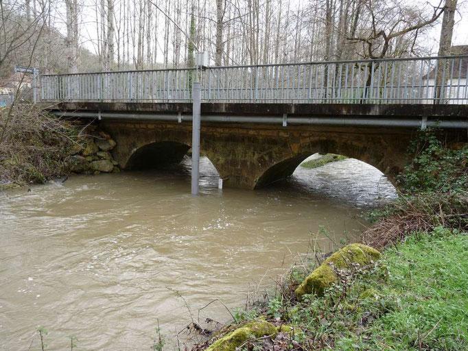 Station de la Couze au pont de Bayac, on peut voir la colonne de l'enregistreur de la DDT