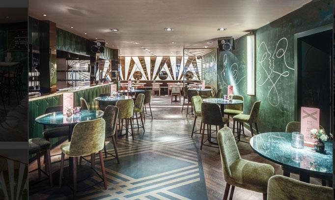 betonvloer met gouden logo @rex restaurant hilversum