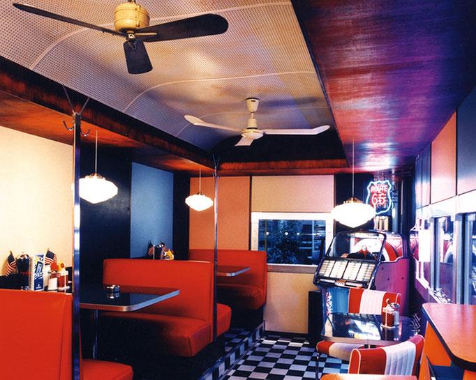 """Kundengespräche im amerikanischen """"Diner""""  - komplett mit original Accessoires ausgestattet. Statt Dosensuppen und Wiener Würstchen gab es Hot Dogs, Chili und Peanuts-Riegel."""