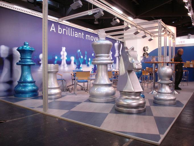 Analog zu Broschüren und Anzeigen präsentierte dieser Messestand als Eyecatcher brillant lackierte Schachfiguren.