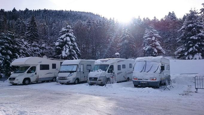 parking extérieur camping-car accessible en hiver avec électricité et accès aux sanitaires