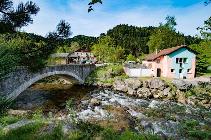 la rivière traversant le camping à proximité des sanitaires