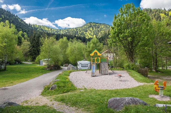 aire de jeux pour enfants de 4 à 12 ans à l'intérieur du camping
