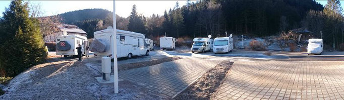 aire de stationnement stabilisé pour camping-cars sur pavés à engazonnement avec accès électricité 8 ampères , accès aux sanitaires et vidange/remplissage en eau
