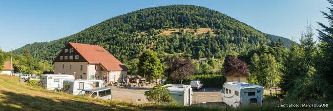 parking extérieur pour camping-car en bordure de forêt
