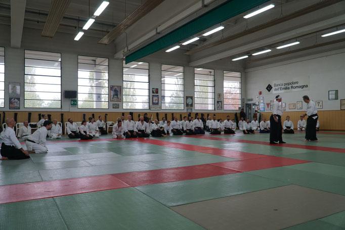 Il gruppo di partecipanti al koshukai durante la prima sessione di pratica