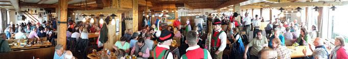 Messe und zünftiger Frühschoppen im Alpenhaus