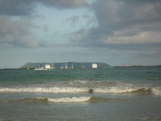 La playa con el fondeadero al fondo