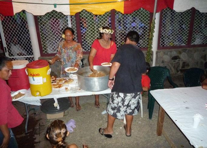 Sirviendo la comida en la boda para los niños
