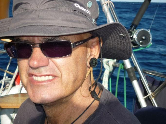 Pendiente a la oreja por haber cruzado el Pacífico