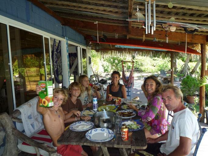 Compartimos una comidita con Céline, Juliette, Damian, Michel y Mako