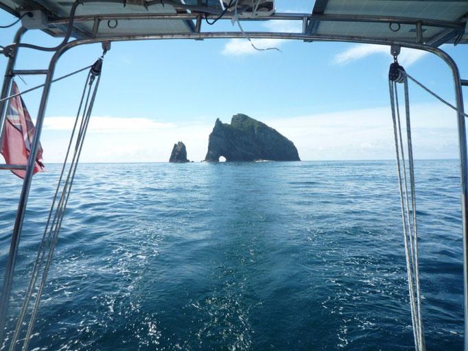 Pasando el Cap Brett con el Hole o the Rock de fondo, hermoso...