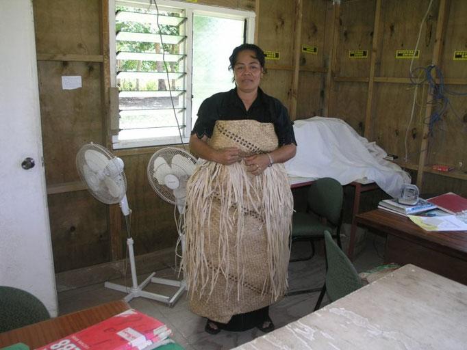 El banco y las faldas tradicionales de las mujeres