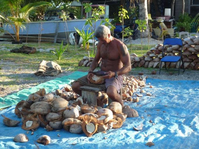 Trabajando los cocos para la copra