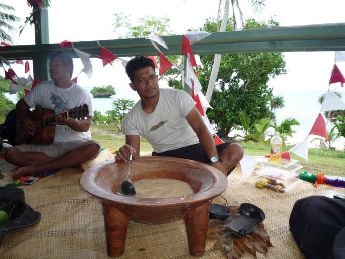 Los hombres siguen bebiendo cava mientras cantan y tocan la guitarra