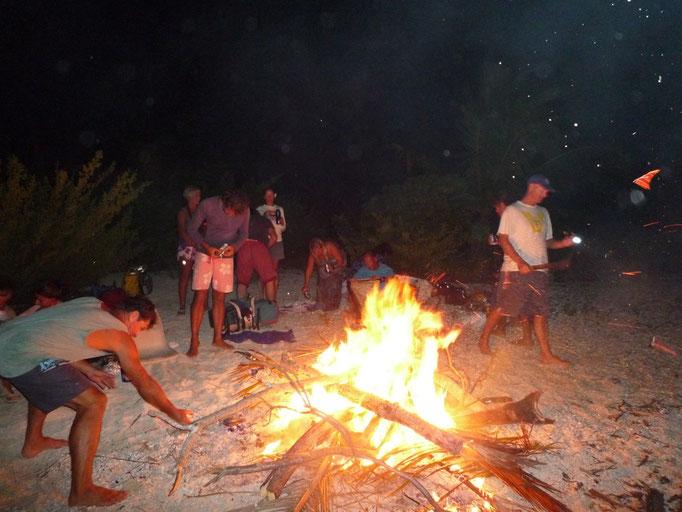 los chicos se entretienen revivando el fuego
