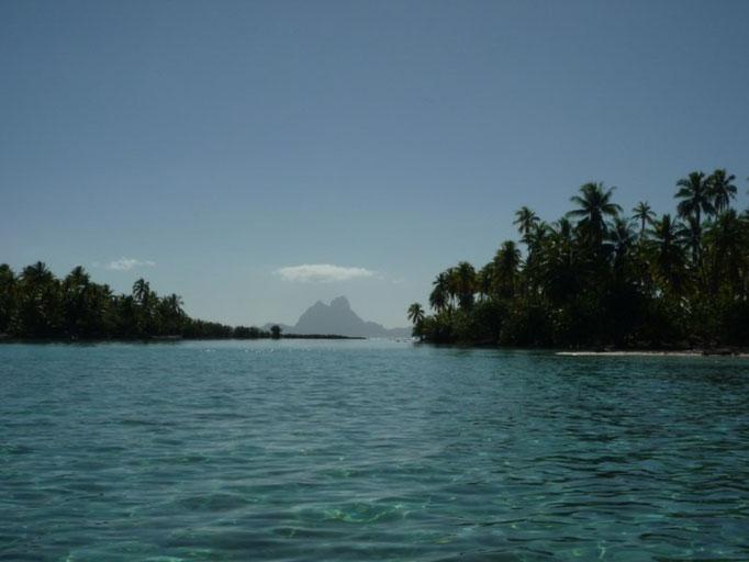 El perfil de Bora Bora entre los motus de Tahaa
