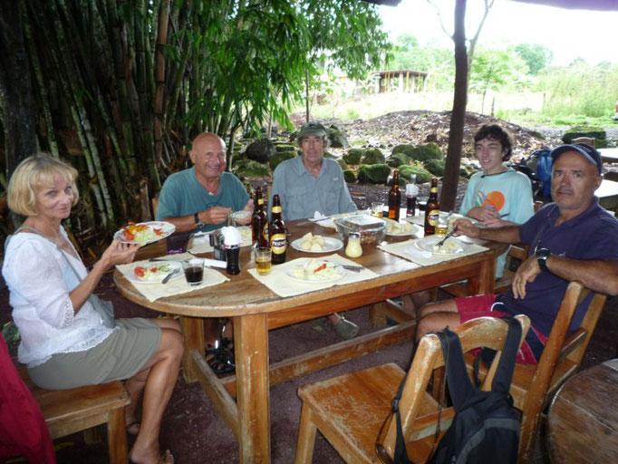 Compartimos la comidita tras el día de excursión, carne a la brasa con papas, yuca y ensalada
