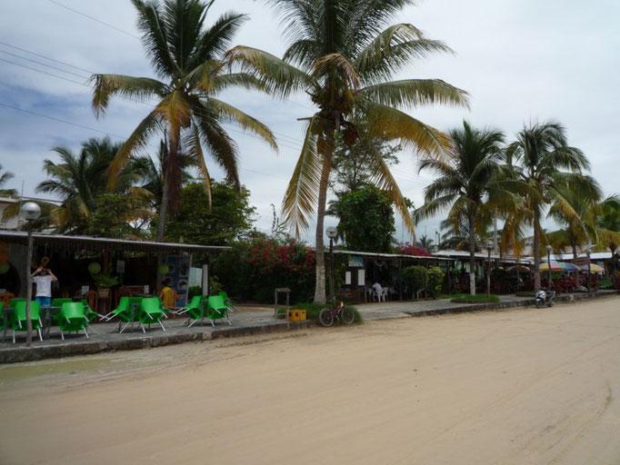 El centro del pueblo con varios restaurantes