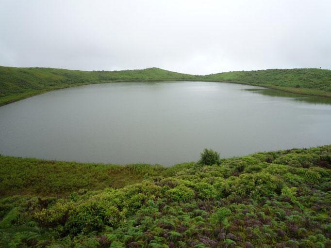 Volcán el Junco con una laguna en su cráter
