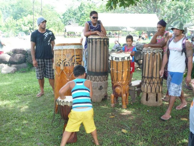 Los tambores preparados para la danza