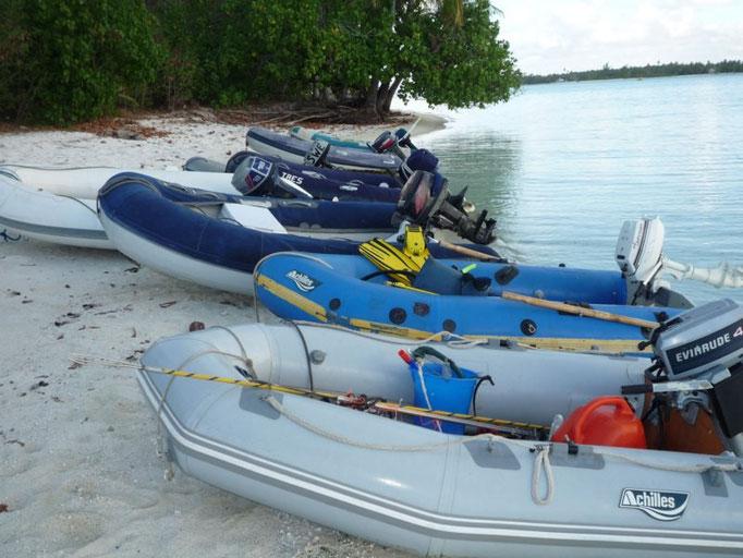los dinghys se concentran en la playa