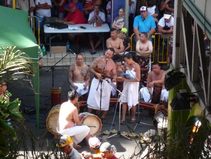 Los músicos acompañan las danzas