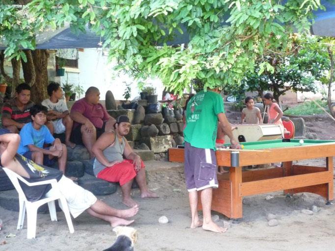 Los chicos juegan al billar