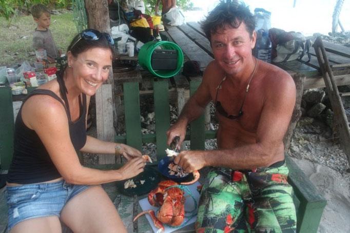 karin y Russell pelando el cangrejo para la paella