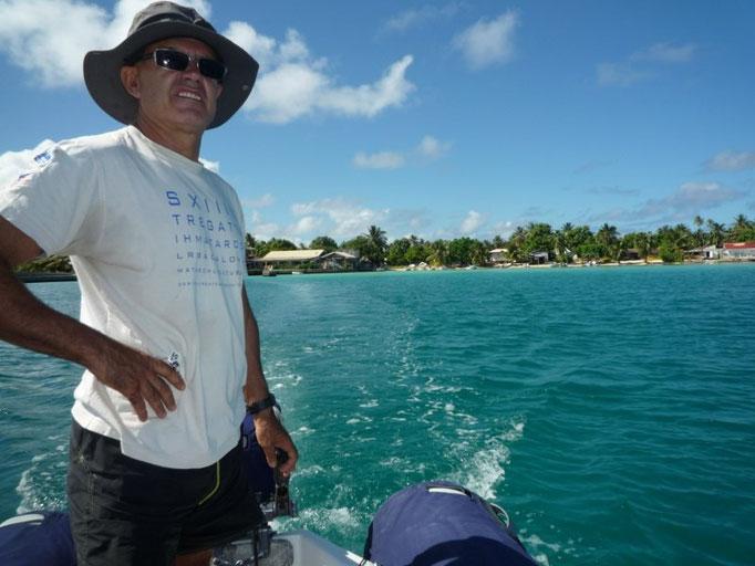 Circulamos de pie en el dinghy para ver las patatas de coral