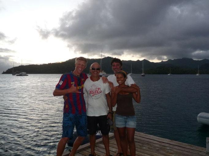 Con Carl, Douglas y Zule y atrás las boyas de la bahía de Apu