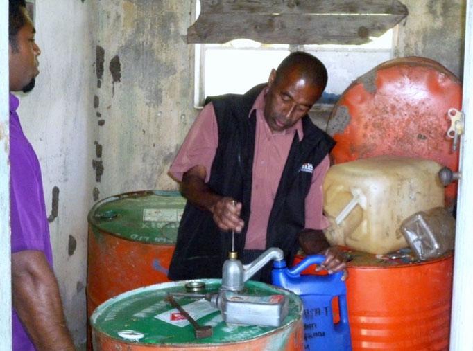 Comprando gasolina que la venden ya mezclada con aceite