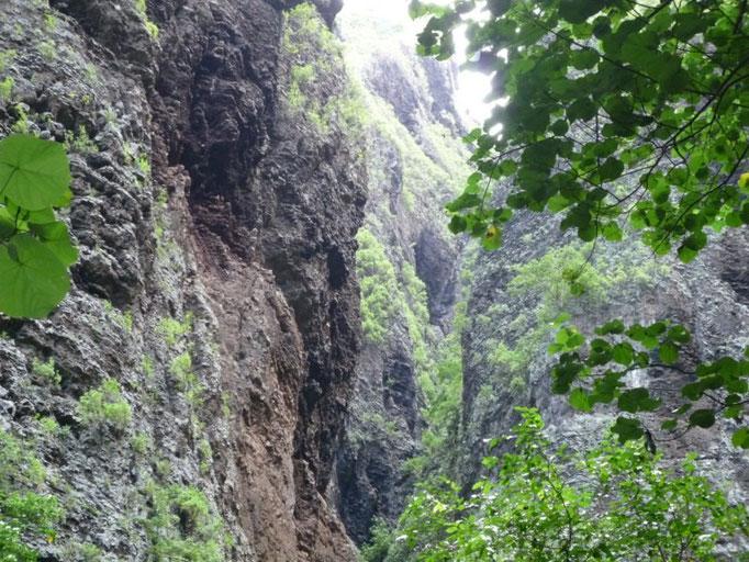 Las paredes de piedra son muy altas al llegar a la cascada