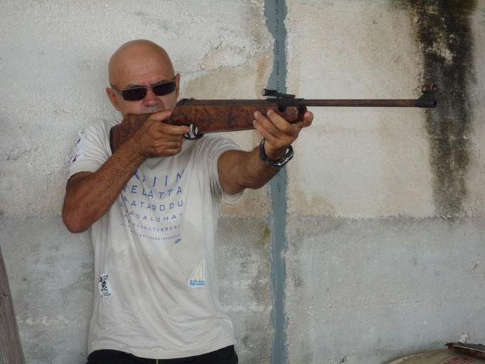 Jose disparando la escopeta de perdigones con amigos de la isla