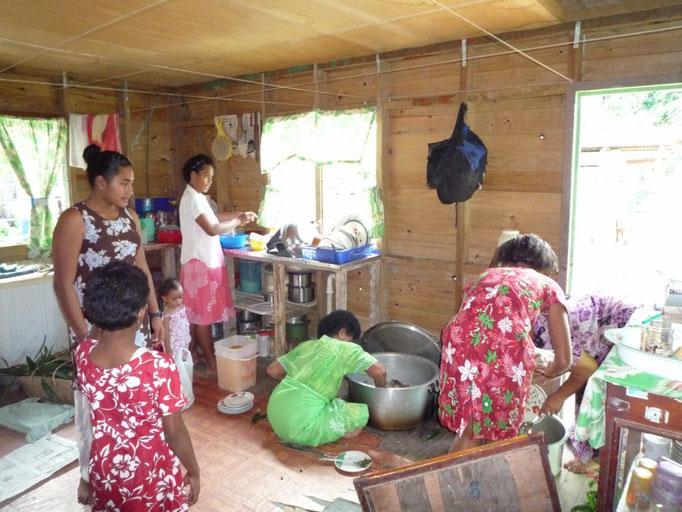 Las mujeres preparando la comida del domingo a la que fuimos invitados