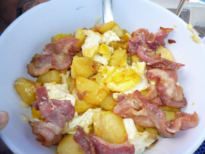 Huevos rotos con patatas y bacon mmmmm.... qué rico!!!!!!!