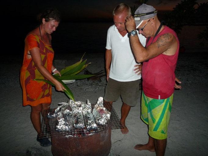 Jose con Juliette y Karin cocinando el pescado