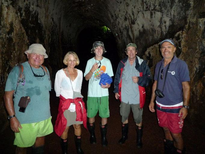 En los túneles de lava con Marguerite, Loic y Bernat