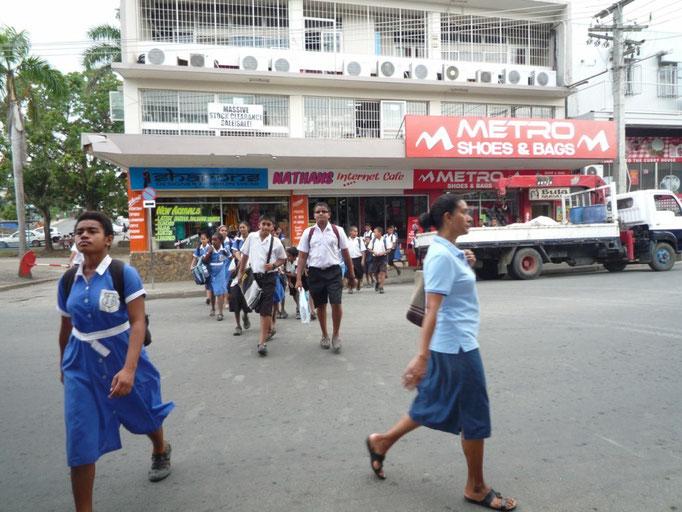 Niños saliendo del colegio