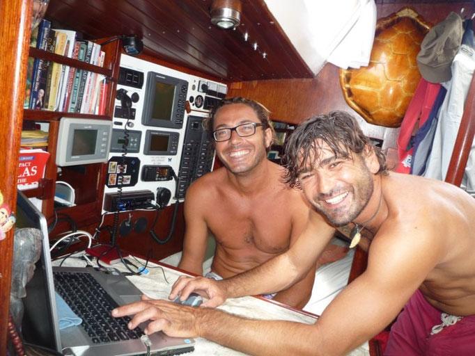 Marcelo y Elenadro, minutos antes de la partida del Mahina hacia Nueva Zelanda