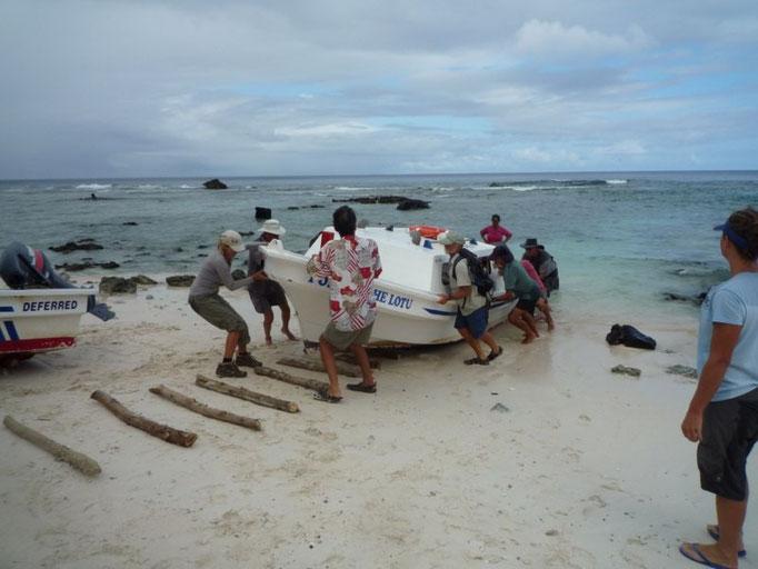 Los chicos sacando la barca