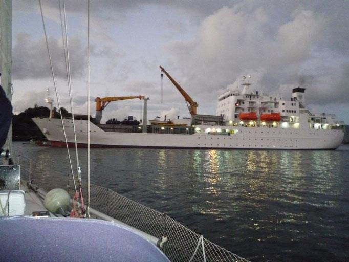 El barco procedente de Tahiti entrando a la bahía