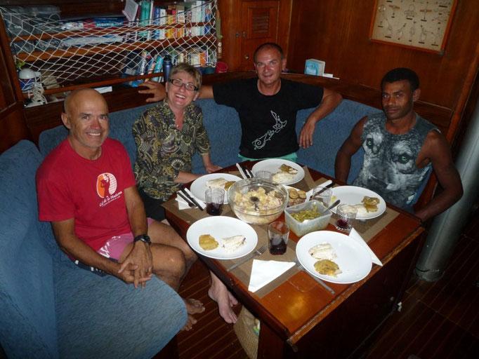 Cenamos con Stefan, Silva y Tuta el pescado que Tuta ha agarrado a la mañana