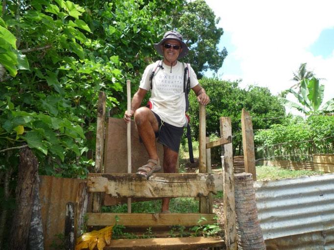 Entrada cercada  al pueblo de Port Mourelle