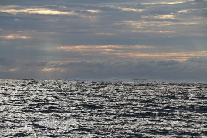 Últimas vistas de Fiji partiendo hacia New Zealand, el mar rompe en los arrecifes