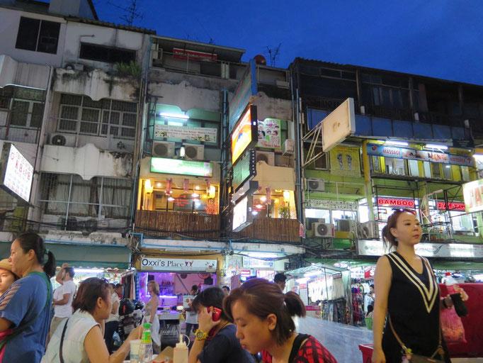 Khao San Road, una de las calles con más animación de Bangkok para los mochileros