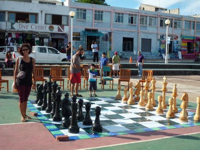 Ajedrez gigante en la plaza principal de Puerto Ayora