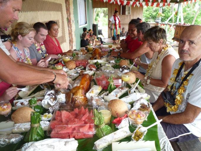 Agrupados en la mesa para degustar este gran banquete